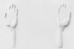 Gipshände, die etwas anbieten Lizenzfreie Stockfotografie