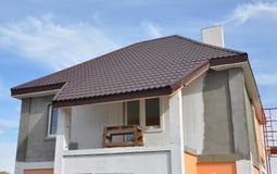 Gipspleister en het schilderen huismuur tijdens vernieuwing Dakwerkbouw met Soffit installatie royalty-vrije stock foto