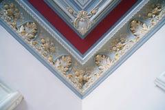 Gipspleister en luxueuze decoratieve elementen op plafond Luxe esthetisch in een modern huisdecor royalty-vrije stock afbeeldingen