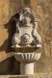 Gipspleister het vormen op de fontein tegen een muur in Cascais, Portugal stock foto