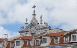 Gipspleister het vormen op het hoogste deel van een voorgevel van het gebouw tegen de hemel met wolken aan Lissabon, Portugal royalty-vrije stock foto