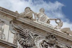 Gipspleister het vormen op het hoogste deel van een voorgevel van het gebouw tegen de hemel met wolken in Lissabon, Portugal Royalty-vrije Stock Afbeeldingen