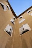 Gipsująca ściana z shutterd okno Obrazy Royalty Free