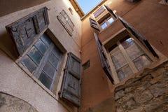 Gipsująca ściana z shutterd okno Zdjęcia Royalty Free