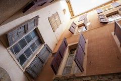 Gipsująca ściana z shutterd okno Obraz Royalty Free