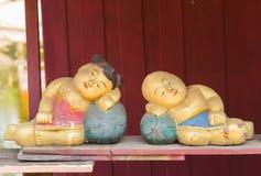 Gipsuje lalę, mężczyzna i kobiety śpią Zdjęcia Royalty Free