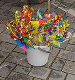 Girândolas coloridos do brinquedo em uma cubeta fotos de stock