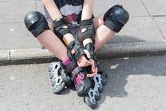 Gir adolescente con sus pcteres de ruedas Imagen de archivo libre de regalías