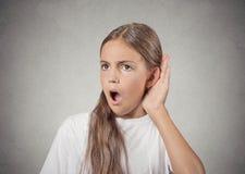Gir che ascolta segreto dentro sulla conversazione del gossip Immagini Stock Libere da Diritti