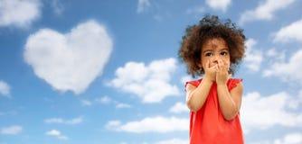 Gir confus d'afro-américain au-dessus de ciel bleu photos stock