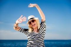 Gir, das in einem Hut lächelt Lizenzfreies Stockfoto