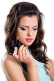 Gir de brune avec le rouge à lèvres rouge images stock