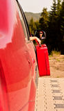 Gir joven en un coche listo para viajar Imagenes de archivo