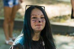 Gir nel trucco l del gatto divertendosi durante il festival di colore Immagine Stock Libera da Diritti