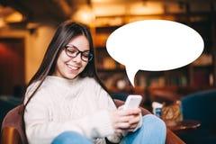 Gir sonriente con la burbuja del smartphone y del texto Foto de archivo