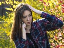 Gir soumis à une contrainte d'adolescent avec le téléphone portable Images libres de droits
