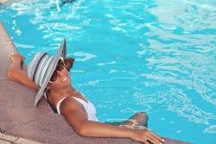 Gira relaksuje na pływackim basenie Obraz Stock
