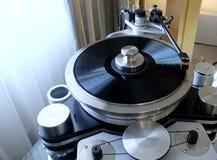 Giradischi di alta precisione moderno con un disco girante con un'annotazione di vinile installata Immagini Stock