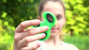 Girador de gerencio da menina adolescente à disposição filme