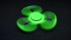 Girador verde-claro do dedo da inquietação no fundo escuro vídeos de arquivo