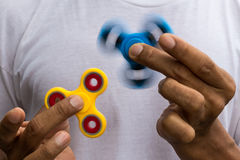 Giradores azuis e amarelos ambos nas mãos imagem de stock royalty free