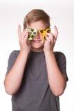 Giradores da inquietação da terra arrendada do menino na frente dos olhos Foto de Stock Royalty Free