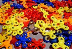 Giradores de Fiidget para a venda no mercado de rua Foto de Stock Royalty Free