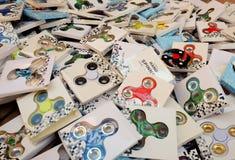 Giradores de Fiidget para a venda no mercado de rua Foto de Stock