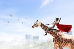 Girafe d'équitation de femme d'affaires Media mélangé Media mélangé Image libre de droits