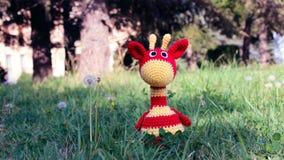 Girafe d'Amigurumi sur l'herbe Images libres de droits