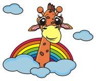 girafe jetant un coup d'oeil d'un arc-en-ciel Images libres de droits