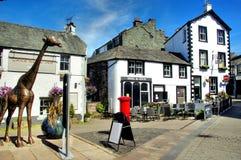 Giraffa e pub del centro edificato di Keswick Fotografia Stock Libera da Diritti