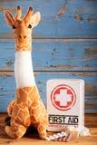 Giraffa farcita graziosa del giocattolo con il collo bendato fotografia stock