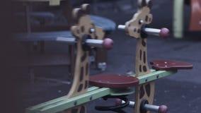 Giraffe παιδιών ξύλινη rocker κίνηση μόνη με κανένα στην παιδική χαρά Ανατριχιαστικό atrmosphere απόθεμα βίντεο