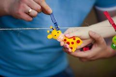 Giraffe μαλακό παιχνίδι στα χέρια Στοκ φωτογραφία με δικαίωμα ελεύθερης χρήσης