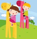 Giraffe e crianças Fotos de Stock Royalty Free