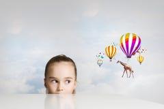 Giraffenfliegen auf Ballonen Stockfotos
