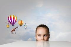 Giraffenfliegen auf Ballonen Stockbild