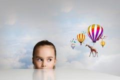 Giraffenfliegen auf Ballonen Lizenzfreie Stockfotos