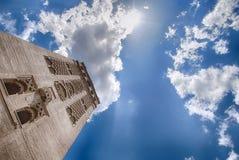 Giralda和蓝天在塞维利亚,西班牙 免版税库存照片