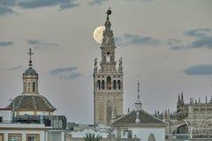 Giralda De Séville la nuit avec la grande lune photographie stock libre de droits