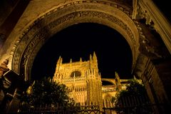 Giralda, klokketoren van de Kathedraal van Sevilla en Echte Alcazar in Sevilla, Andalusia, Spanje royalty-vrije stock foto