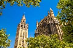 Giralda och tak av Sevilla Cathedral arkivbild