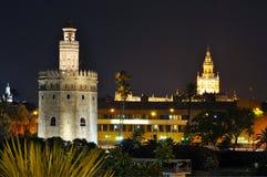 Giralda y torre del oro en la noche, Sevilla, España imagen de archivo