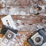 Giranastri e cassetta audio su un fondo di legno Fotografie Stock