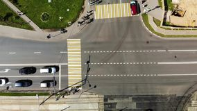 Girando ao redor a junção de estrada com carros, metragem aérea da cruz da estrada na cidade filme