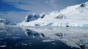 Girando attraverso il canale di Neumayer in pieno di iceberg in Antartide immagini stock libere da diritti