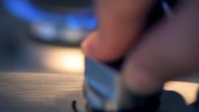 Girando el cooktop con empujar el botón almacen de metraje de vídeo