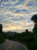 Girando o céu da estrada da montanha imagem de stock