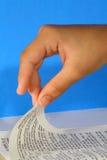 Girando a página de uma Bíblia no azul - provérbio Fotografia de Stock